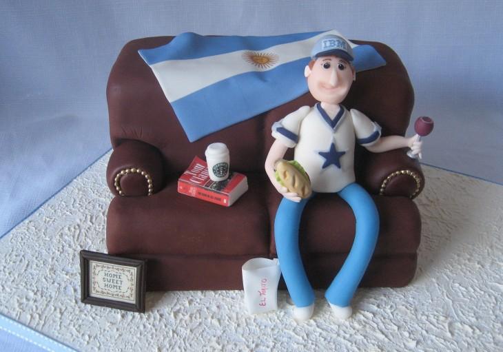 chico argentino sentado en un sofá