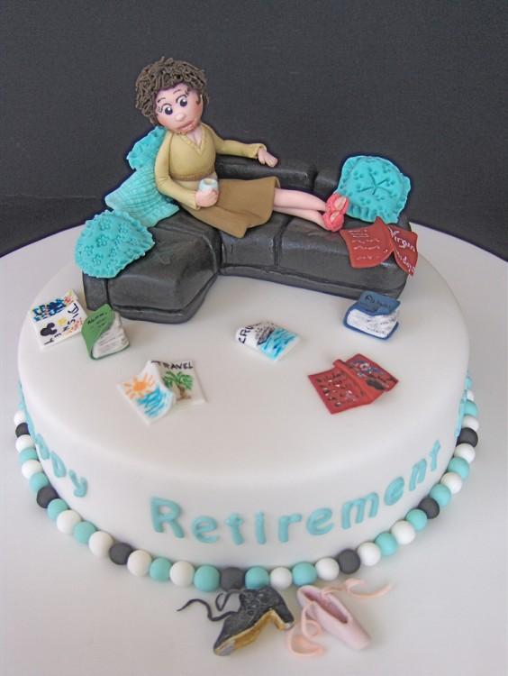 creativo pastel en forma de sofá con una mujer acostada en él