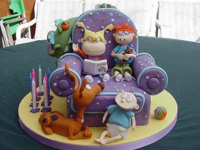 pastel con el diseño de un sillón con los personajes de Rugrats