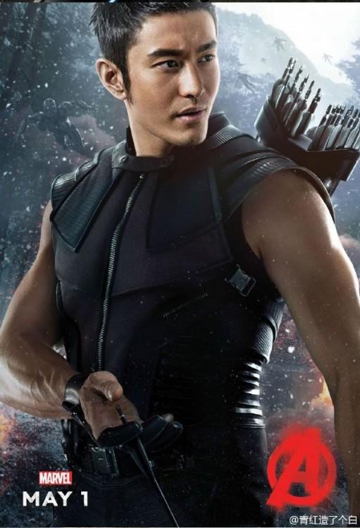Halcón de los Avengers en el cuerpo de un hombre asiático