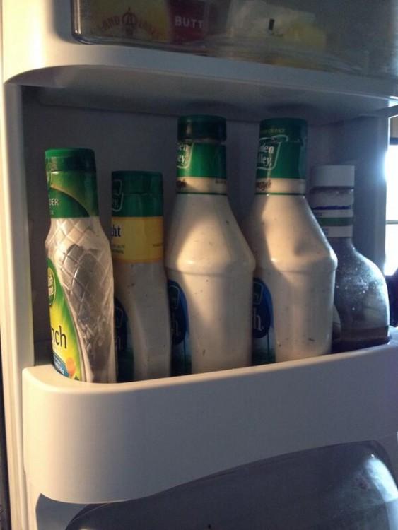 Puerta de refrigerador con algunas botellas de aderezo ranch