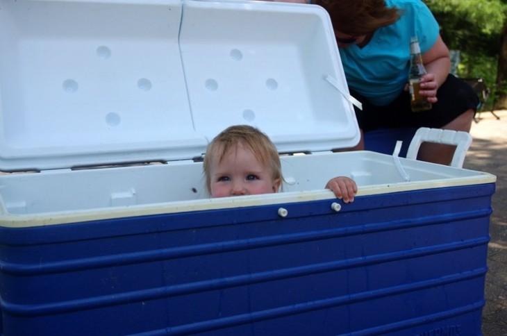 Niño dentro de una hielera