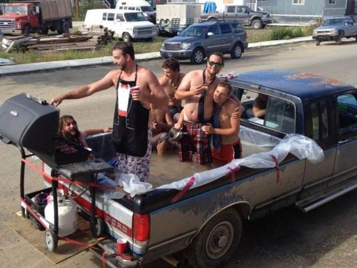personas dentro de la cajuela de una camioneta llena de agua haciendo una carne asada