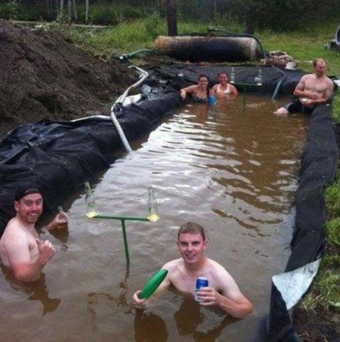 Personas que hicieron un hoyo en la tierra y la llenaron de agua
