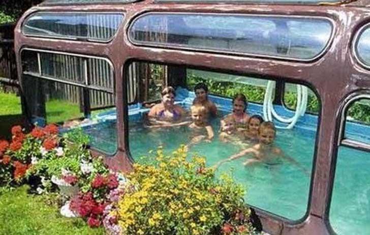 Mitad de un autobús lleno de agua y con personas dentro