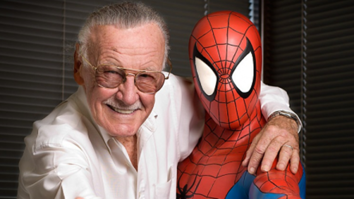 Stan Lee abrazado de un Spiderman
