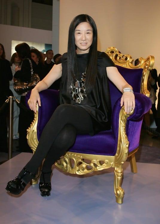 Diseñadora de modas Vera Wang sentada en un sillón morado