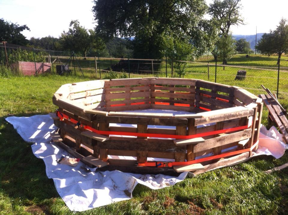 Procedimiento para construir una piscina hecha con palets for Pileta palets