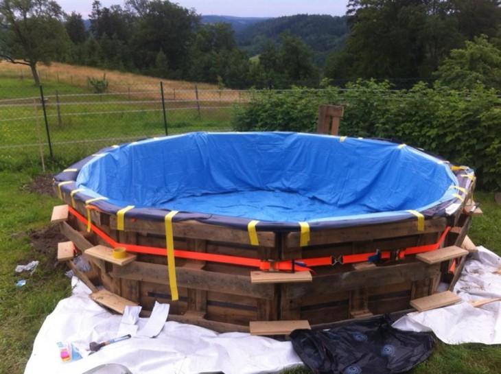 Procedimiento para crear una piscina de palets con una lona azul sobre ella