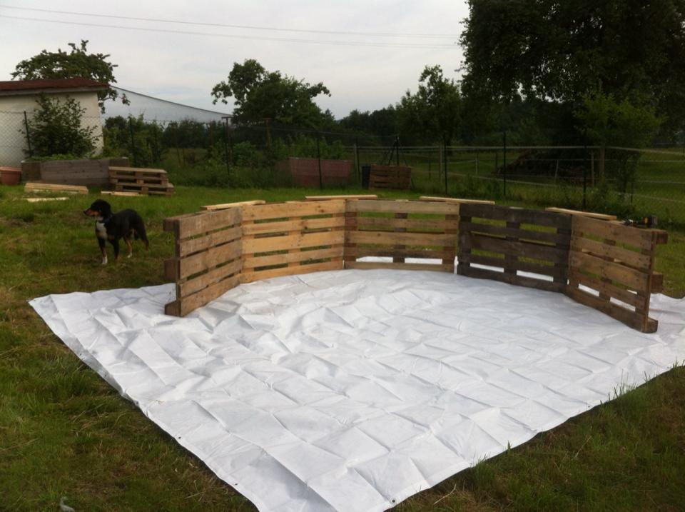Procedimiento para construir una piscina hecha con palets for Antorchas para jardin caseras