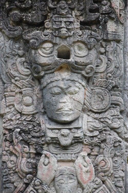 Detalle de una de las estelas en el sitio Maya de Copán en Honduras