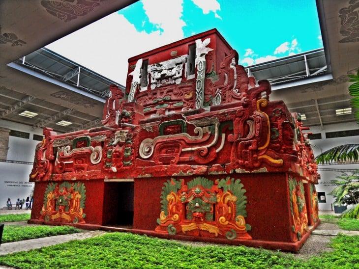 Templo Rosalila en el museo de la escultura en las ruinas mayas de Copan, Honduras