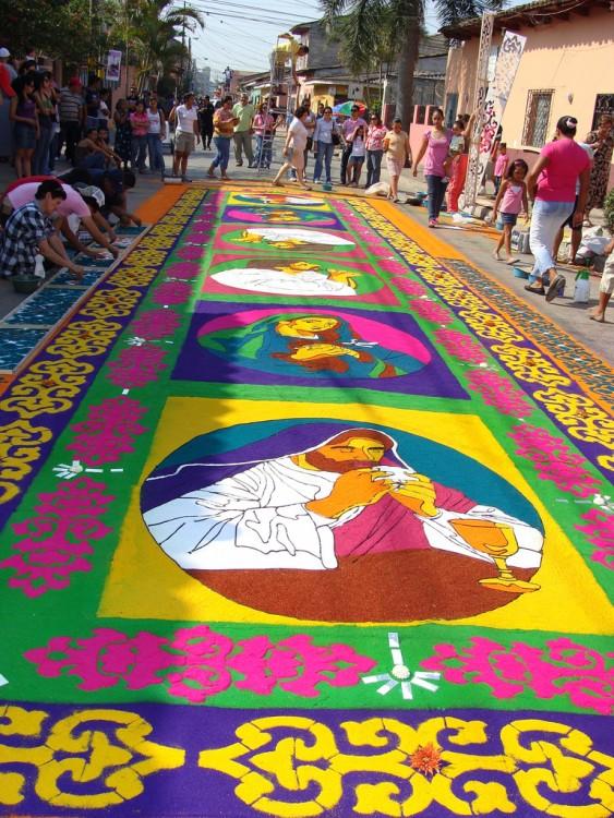 Alfombra de aserrín en las calles de Honduras