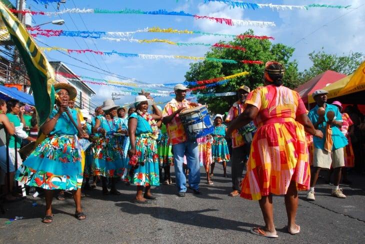 Hondureños bailando en el carnaval ceibeño en Honduras
