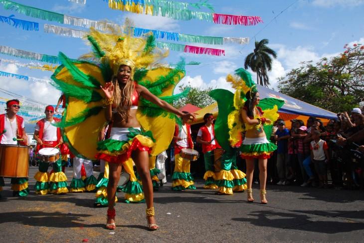 Mujeres desfilando en medio de una calle durante el carnaval ceibeño en Honduras