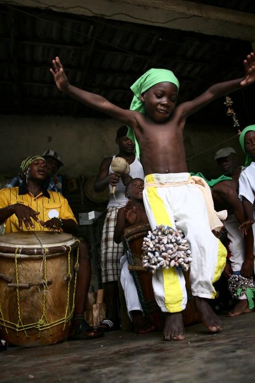 Niño Garifuna bailando en Honduras