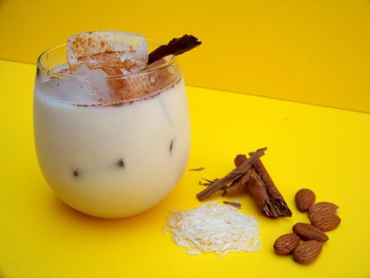 Vaso de agua de horchata hondureña con algunos de sus ingredientes