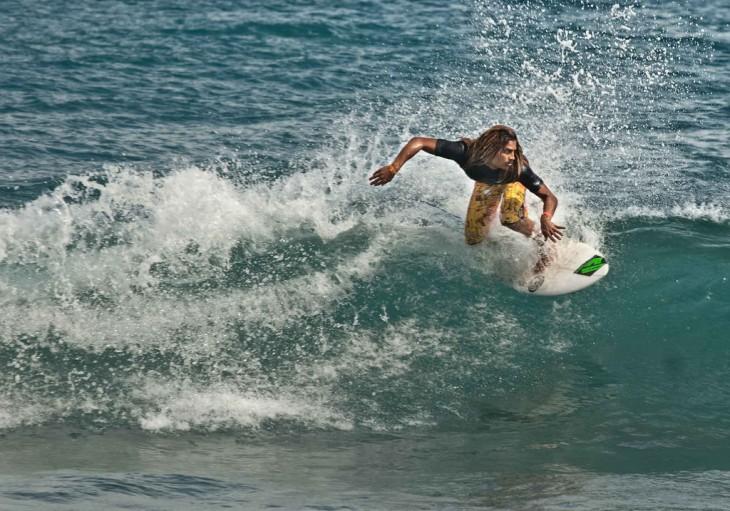 Chico surfeando en una de las playas dentro de un concurso de Jamaica