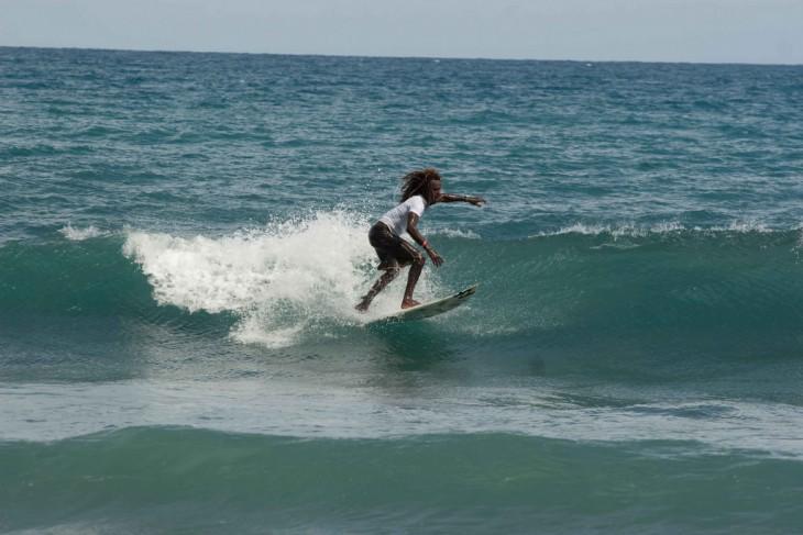 Jamaiquino en un concurso de surf en una playa llamada Makka