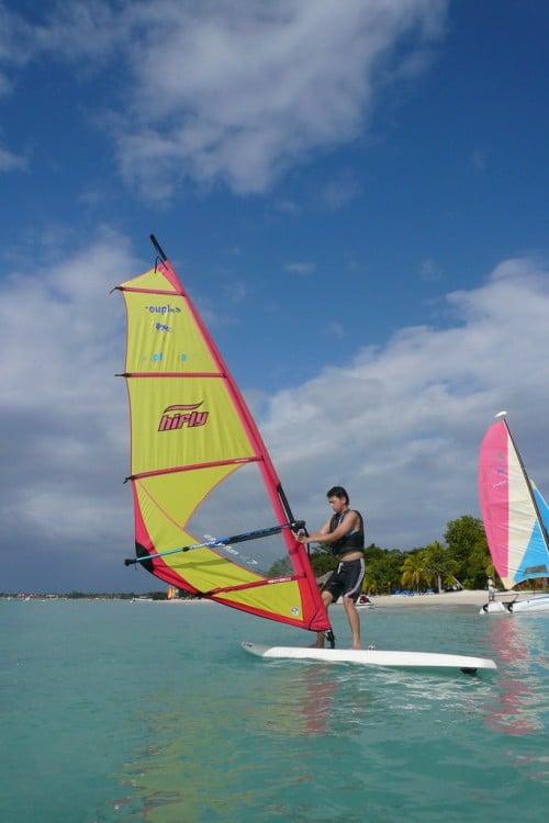Hombre practicando Windsurf en ocho ríos, jamaica