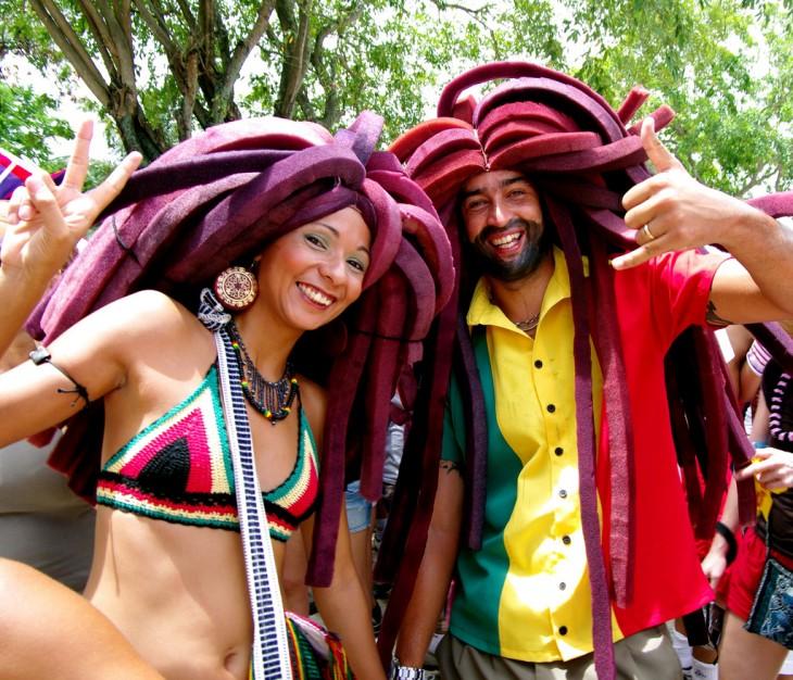 Fotografía de dos personas felices en Jamaica