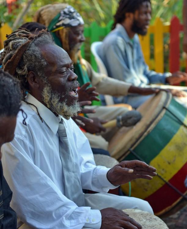 Habitantes de Jamaica tocando un poco de música Reggae