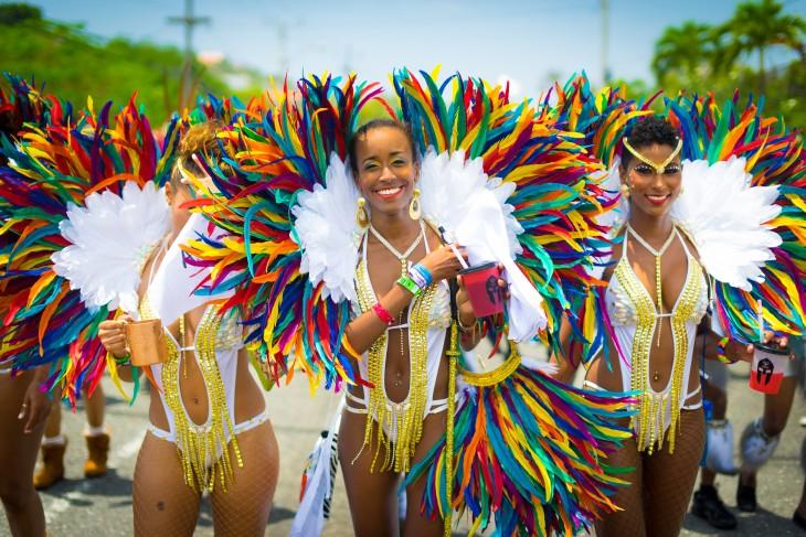 Mujeres desfilando durante el carnaval de Jamaica