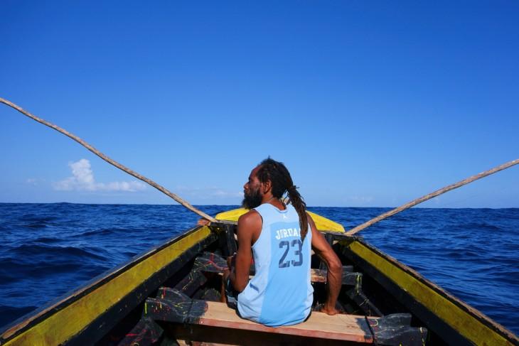 Hombre Jamaiquino sobre un bote pescando en Jamaica