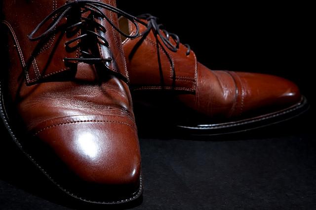 Par de zapatos en color café recién boleados