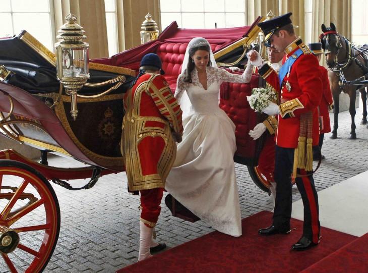 Princesa de Inglaterra bajando de su carruaje con la ayuda de dos hombres