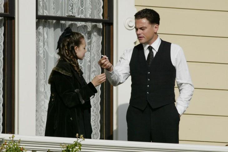 Leonardo Dicaprio copn un cigarro frente a una mujer