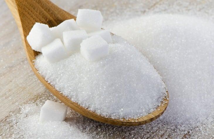 Cucharada de azúcar blanca