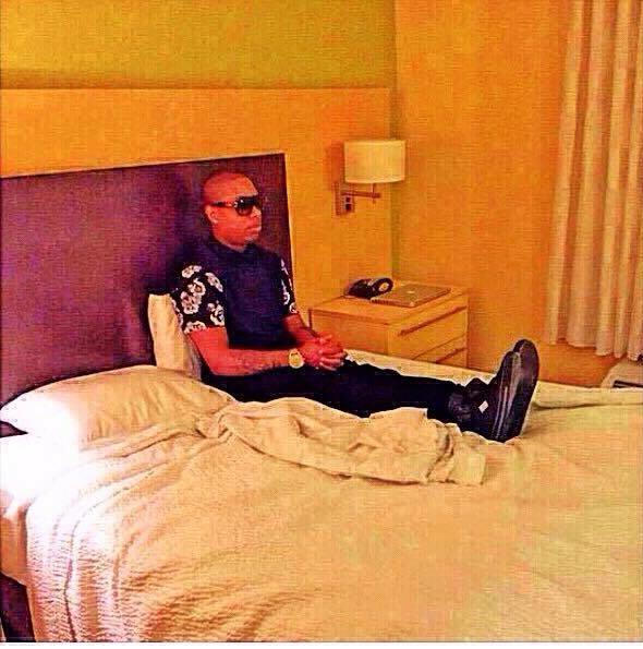 Chico sentado arriba de una cama mirando fijamente hacia enfrente