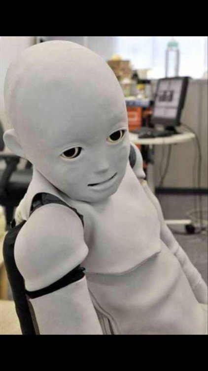 Robot sentado mirnado fijamente algo