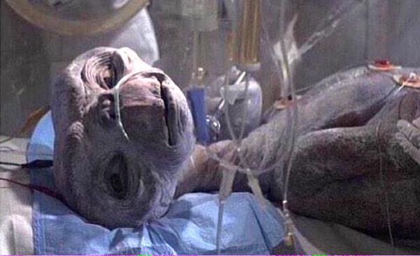 Escena de E.T. recostado en una sala de hospital con muchos cables conectado a él