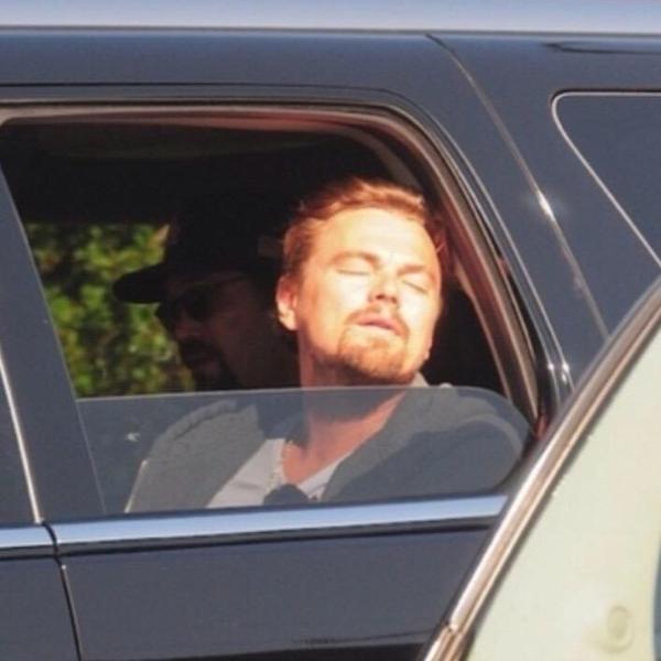 Leonardo Dicaprio asomando su cara por la ventanilla de un coche