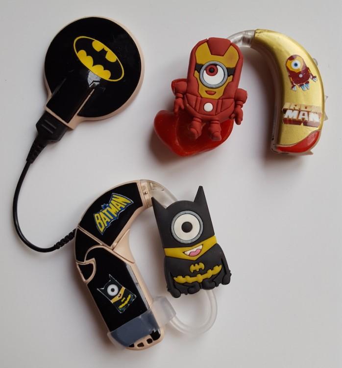 audífonos con figuras de batman y iron man