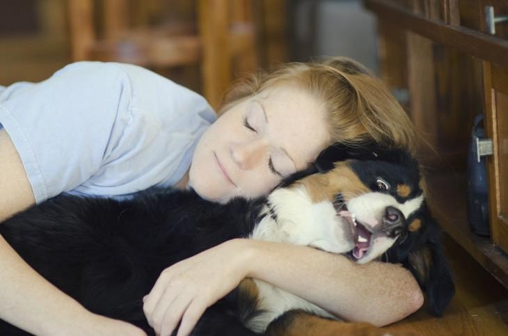 Chica abrazando a un perro