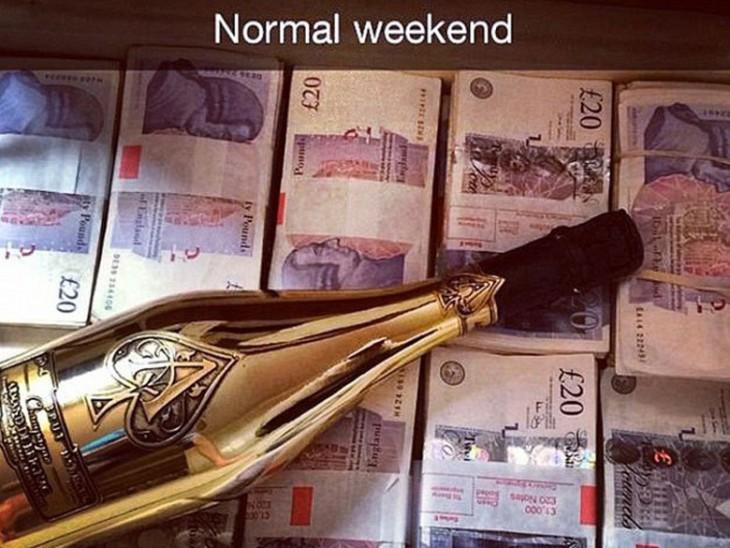 Botella de un costoso champagne con mucho dinero debajo