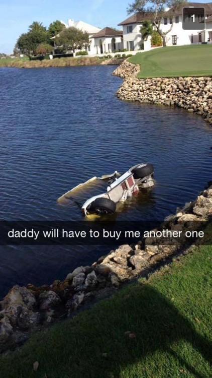 Fotografía de un coche de golf hundiéndose en el agua
