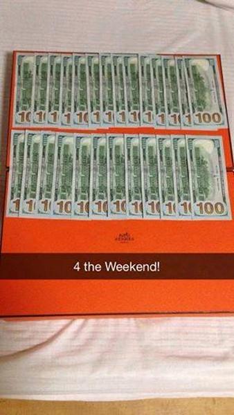 Caja de color naranja con algunos billetes sobre ella