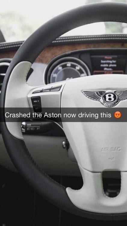Fotografía del volante de un coche