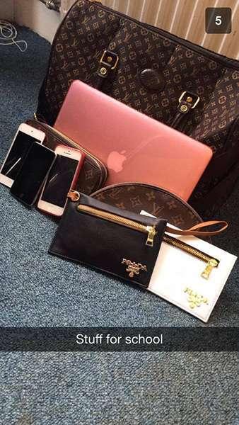 Imagen de una bolsa, carteras iPhones y un iPad