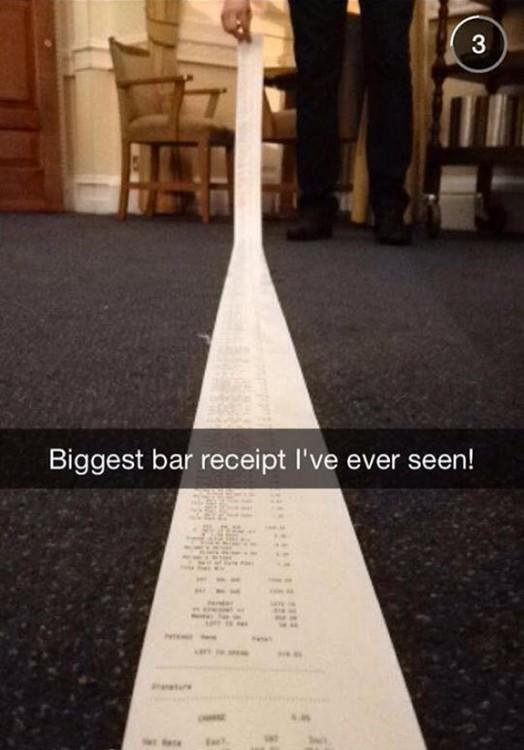 Ticket de la cuenta de un bar demasiado largo en el suelo