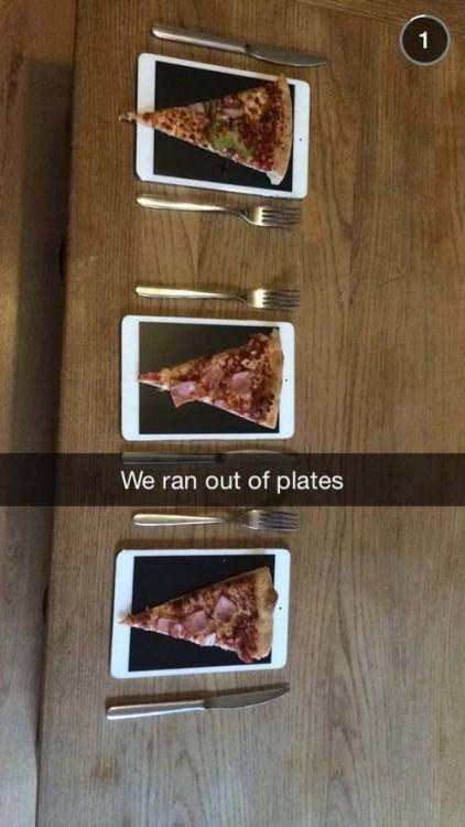 Pedazos de pizza sobre iPads