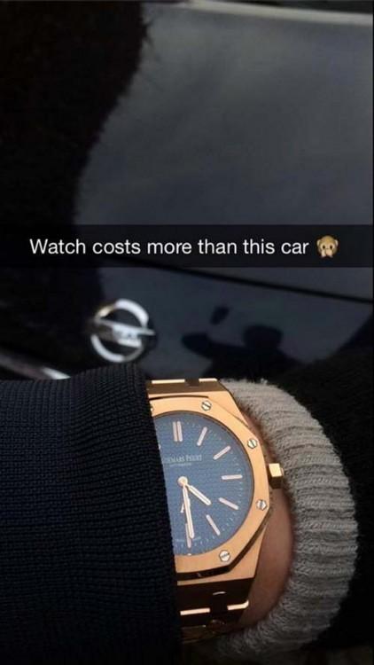 Muñeca de un hombre con un reloj