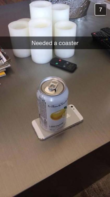 Lata de una bebida sobre un iPhone