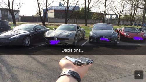 Imagen con varios coches de lujo estacionados fuera de una casa