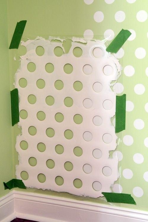Truco para pintar lunares en las paredes con un pedazo de cesto de ropa