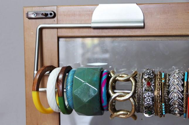 organizador de pulseras detrás de una puerta de ropero con un rollo de toallas de papel
